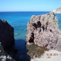 Ο βράχος αποσπασμένος από την κόκκινη ακτή
